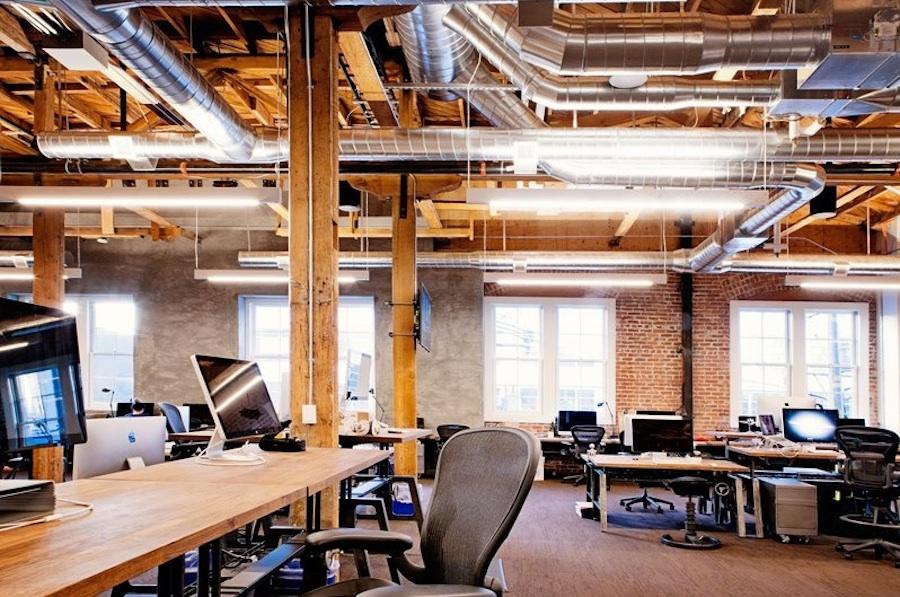 Открытая проводка и инженерные коммуникации на потолке - это классика в индустриальном дизайне