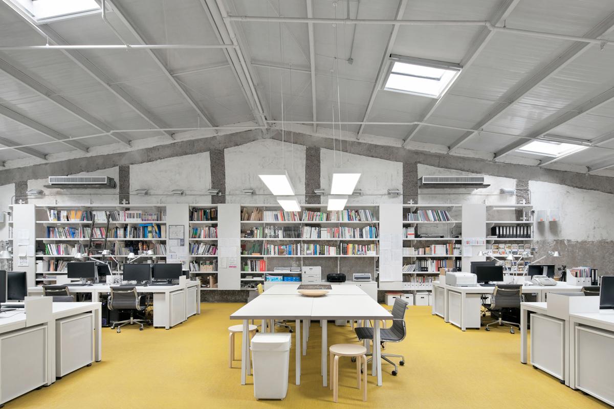 Офис с белой мебелью