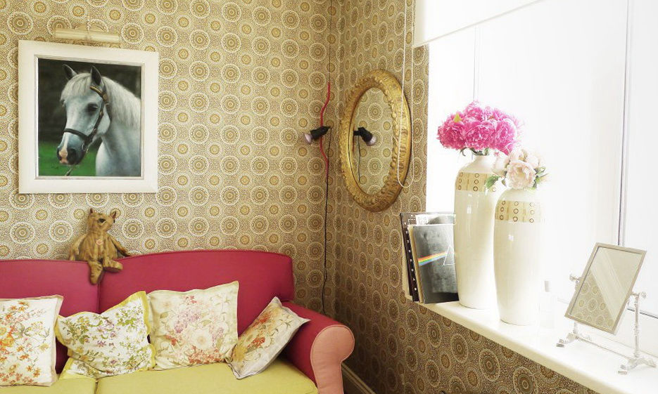 Для спален в прованском стиле подойдут светлые, ненавязчивые элементы декора