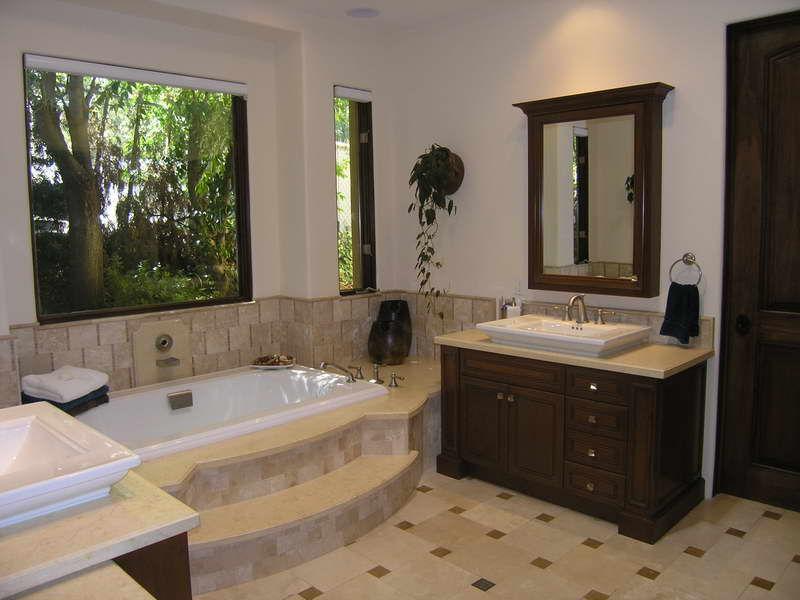 Если в Вашей ванной высокие потолки, можно разделить комнату на две зоны с помощью ступенек