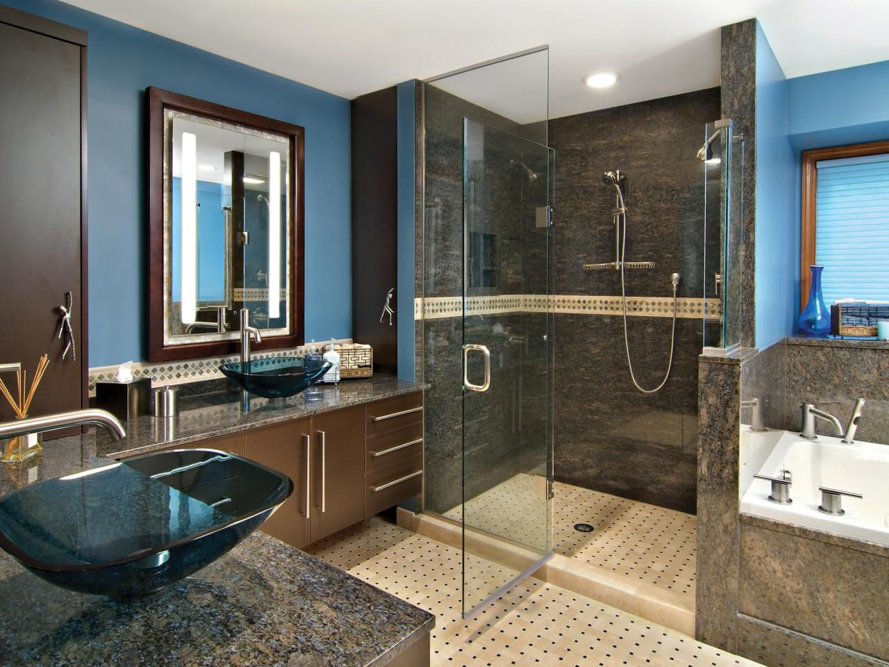 Необычный дизайн раковины, столешницы из тёмного материала, современное оборудование - всё это придаст Вашей ванной шарм