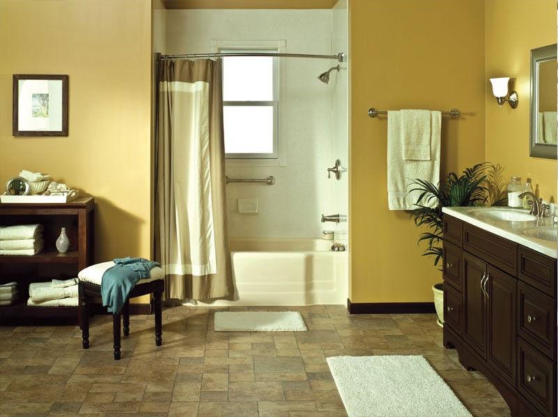 Ванна, установленная в нише, прекрасно экономит место и позволяет разместить всю необходимую мебель и сантехнику в основной части комнаты