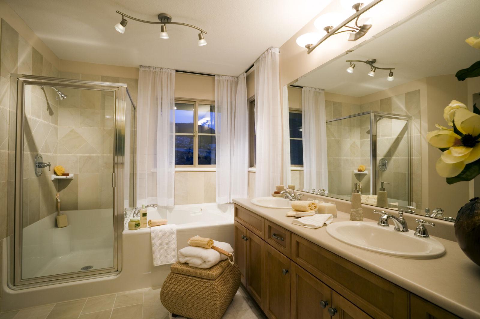 Если площадь ванной позволяет, можно установить как душевую кабину, так и полноценную ванну
