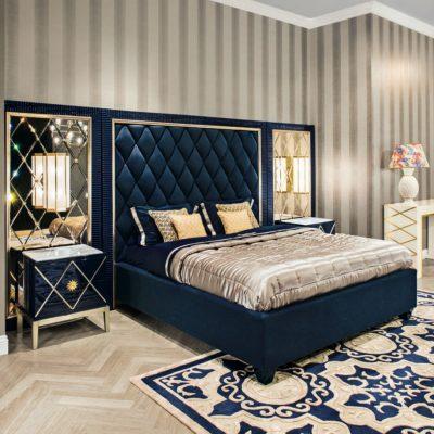 Синяя кровать в спальне в стиле арт-деко