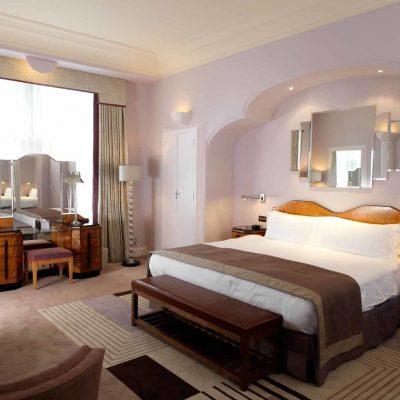 Светлая спальня в стиле арт-деко