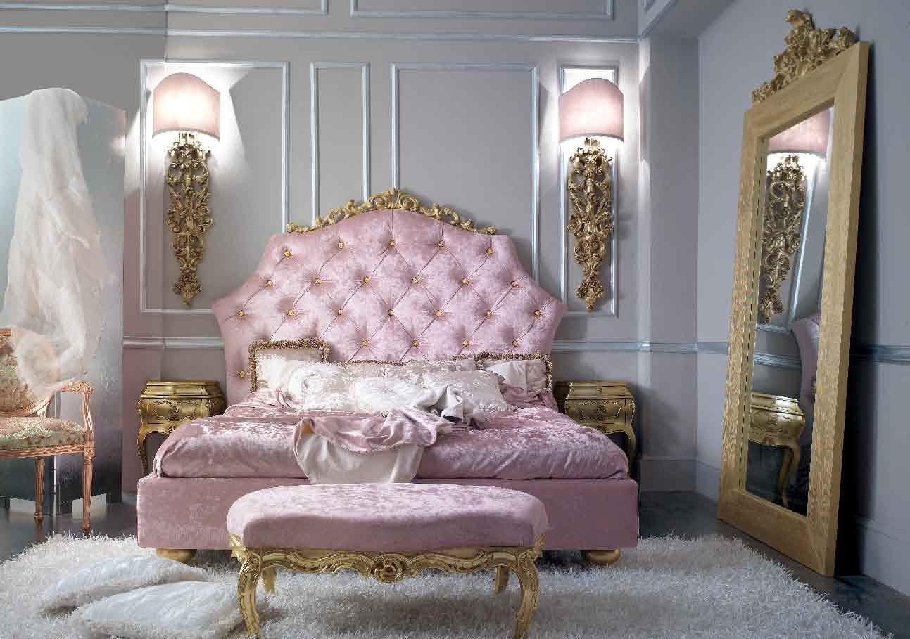 Изголовье кровати в неоклассической спальне чаще всего обтягивают бархатом