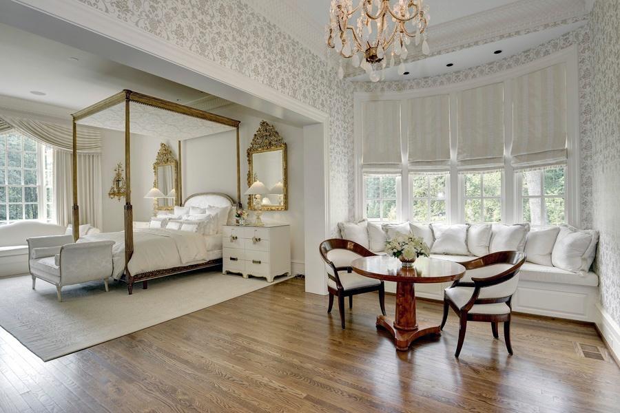 Если размер помещения позволяет, то в спальне можно поставить кофейный столик, кресла и диван