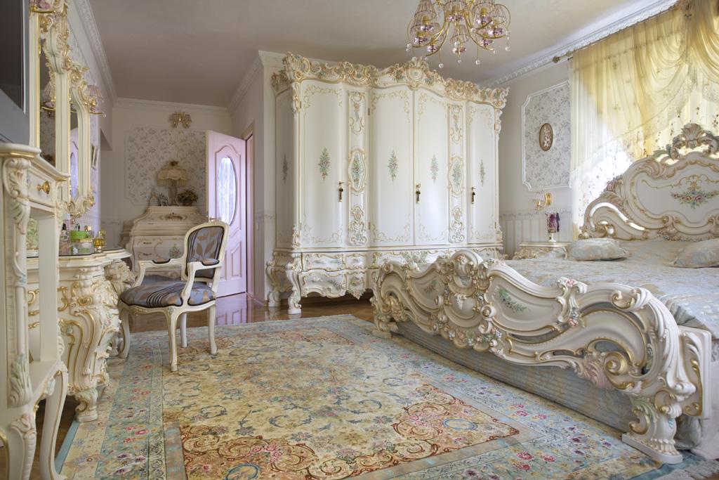 В спальне рококо хорошо будут смотреться ковровые покрытия