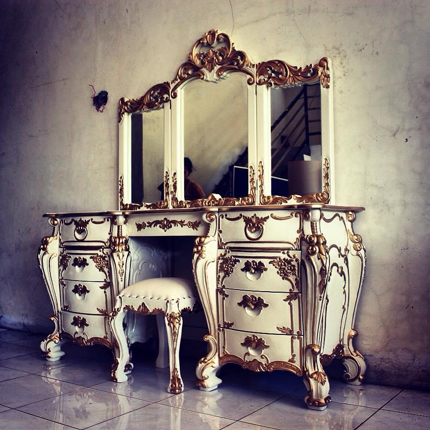 Мебельный гарнитур рококо