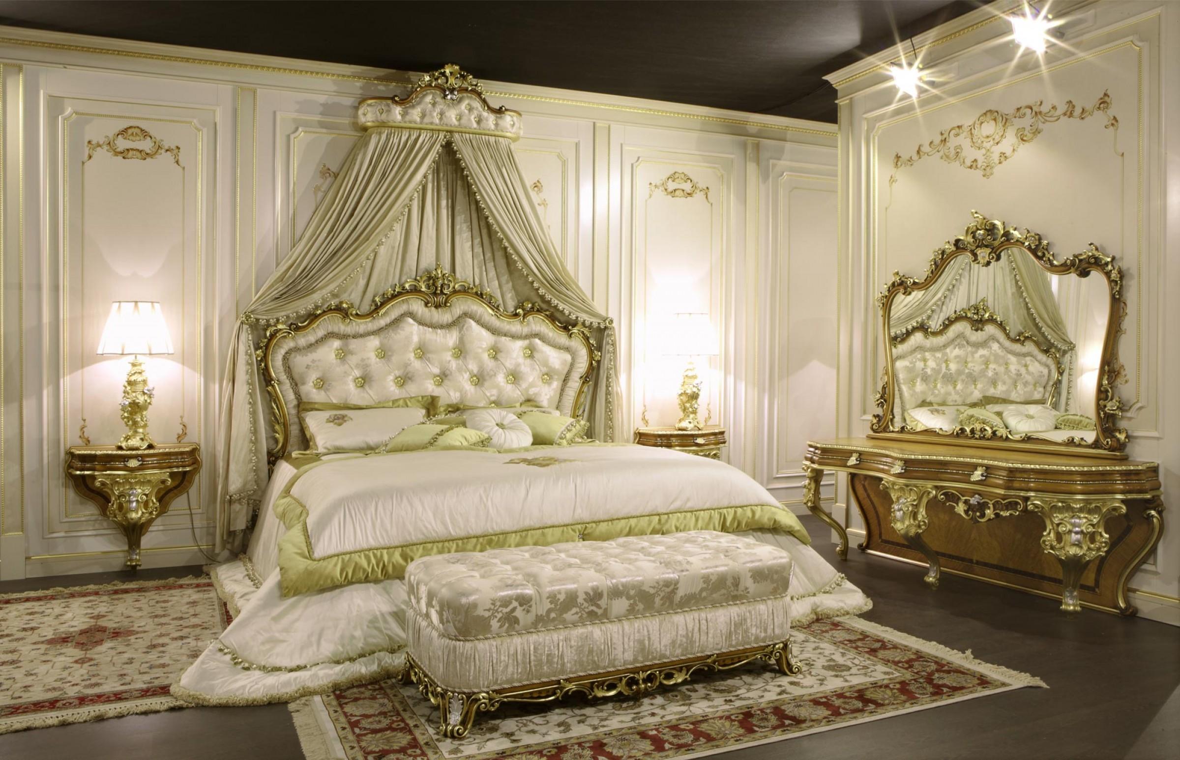 В рококо спальне всегда присутствует лепнина белого или золотого цвета