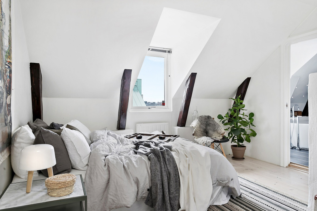 Спальня с белоснежными стенами