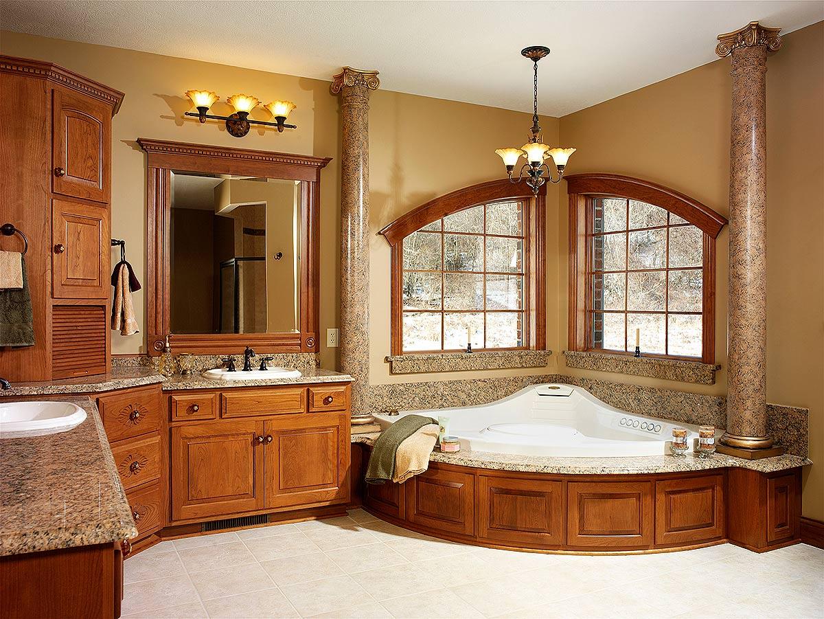 Классическая ванная отличается спокойными цветами и натуральными отделочными материалами