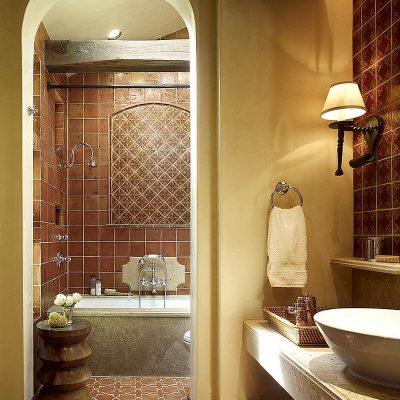 Ванная в средиземноморском стиле в теплых тонах
