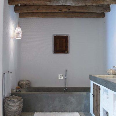Ванная в средиземноморском стиле с голубой отделкой