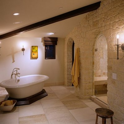 Ванная в средиземноморском стиле в мансарде