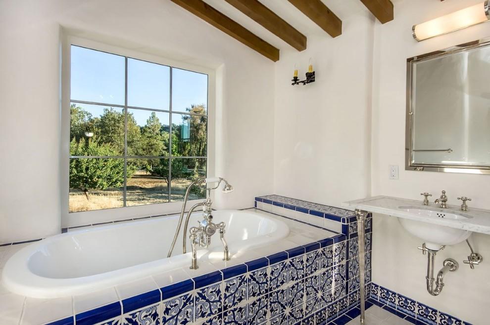 Облицованная плиткой ванная по-гречески