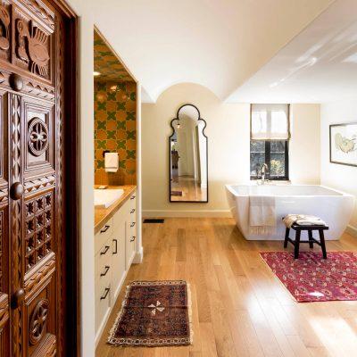 Длинная ванная в средиземноморском стиле