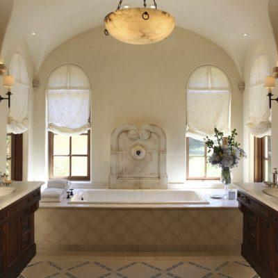 Ванная в средиземноморском стиле с двумя раковинами