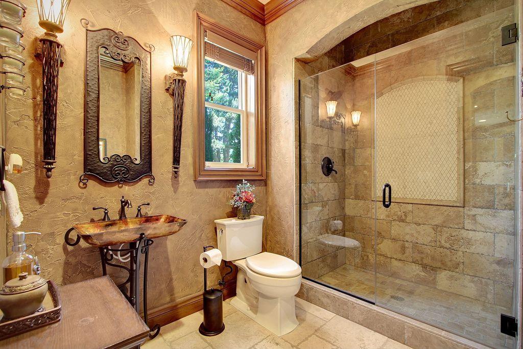 Для отделки ванны в средиземноморском стиле часто используют натуральный камень