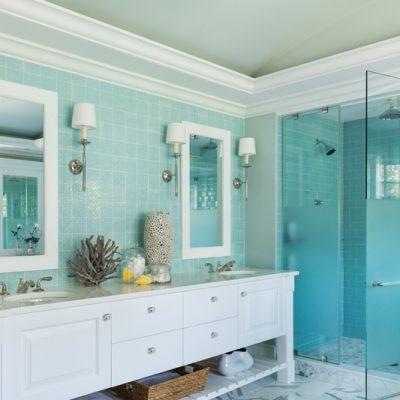 Бело-голубая ванная в морском стиле