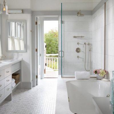 Белая ванная в морском стиле