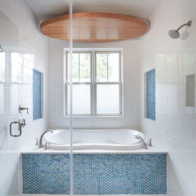 Маленькая светлая ванная в морском стиле
