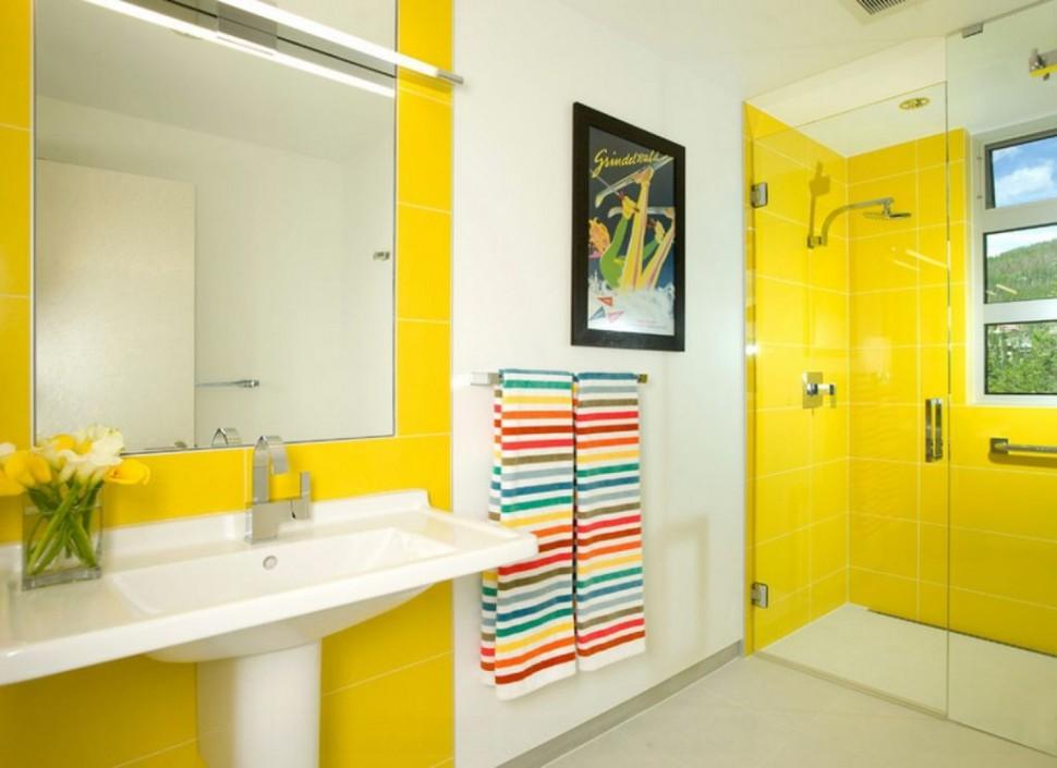 Теплый желтый цвет также используют при оформлении ванной в морском стиле