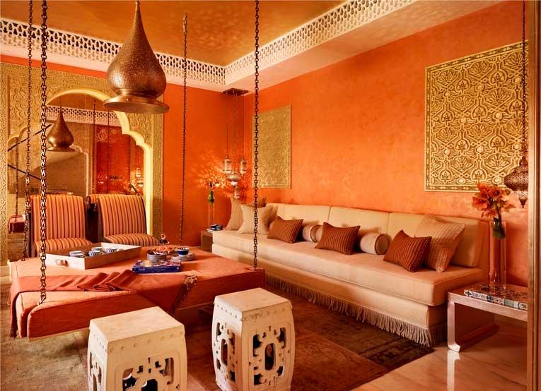 Чаще всего стены в восточных интерьерах отделывают штукатуркой, на фоне которой особенно ярко смотрятся разообразные декоративные панно