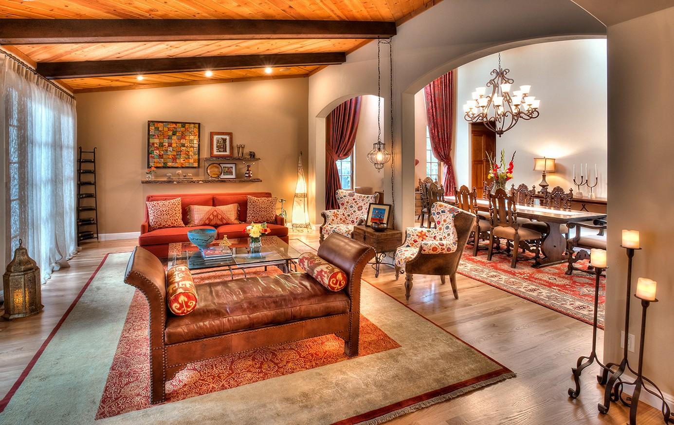 Шикарный интерьер восточной гостиной невозможен без большого красивого ковра