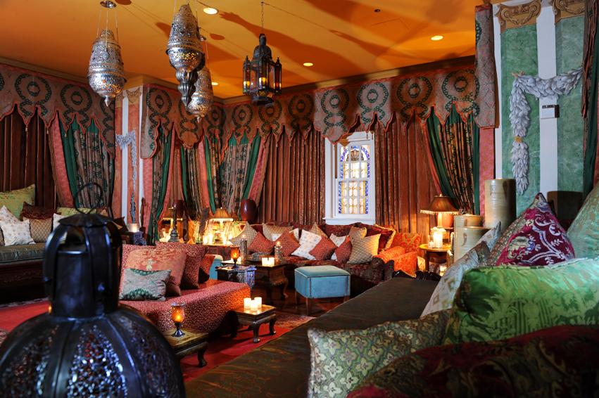 В восточной гостиной всегда много ярких подушек