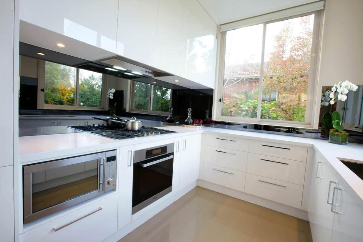Светлая кухня белого цвета