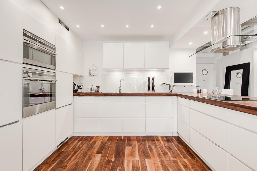 Белая кухня с паркетом