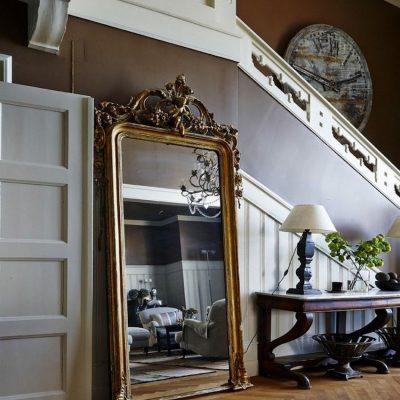 Длинное зеркало в прихожей