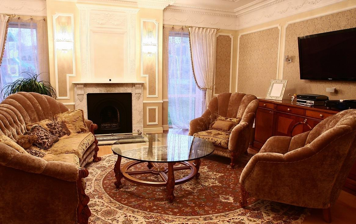 Кресла и диваны напротив окна в гостиной по фен-шуй
