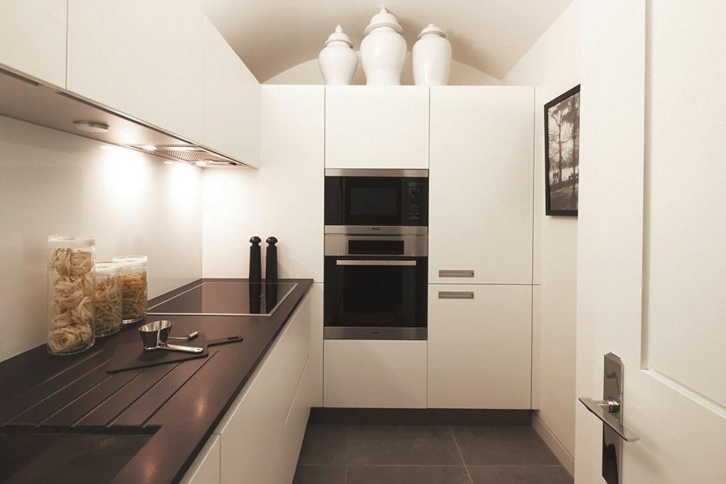 Идеальная угловая кухня белого цвета