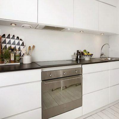 Белая прямая кухня