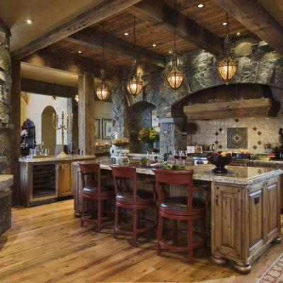 Высокие потолки в деревенской кухне