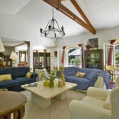 Много мебели в гостиной