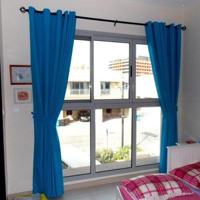 Синие люверсы в спальне