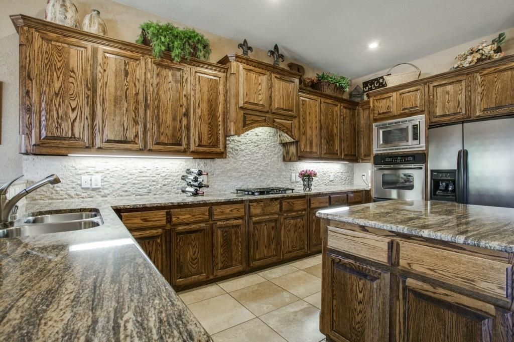 Длинный гарнитур на кухне