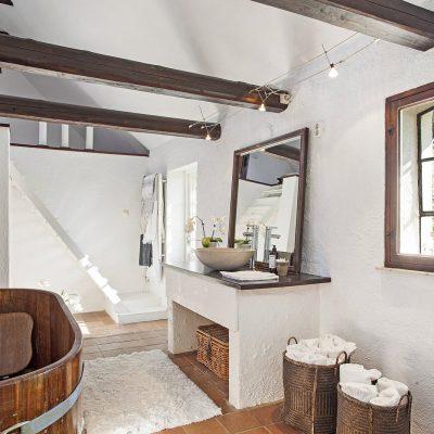 Интерьер ванной комнаты в стиле кантри фото