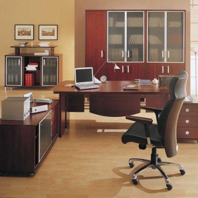 Просторное расположение мебели в кабинете