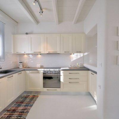 Кухня белого пепельного цвета