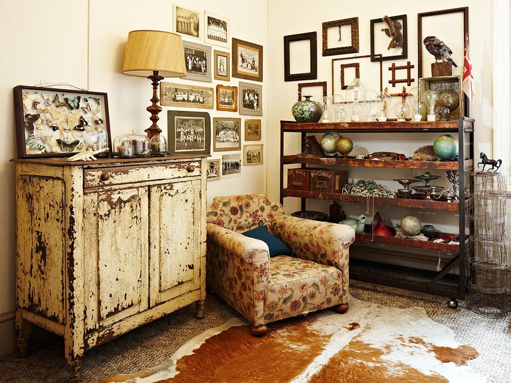 Состаренная мебель в гостиной в стиле кантри