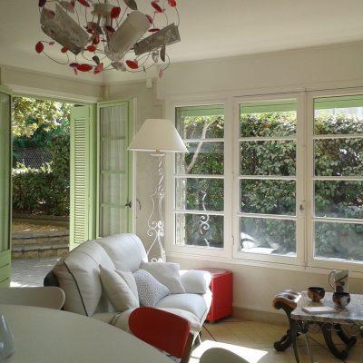 Широкие окна в гостиной