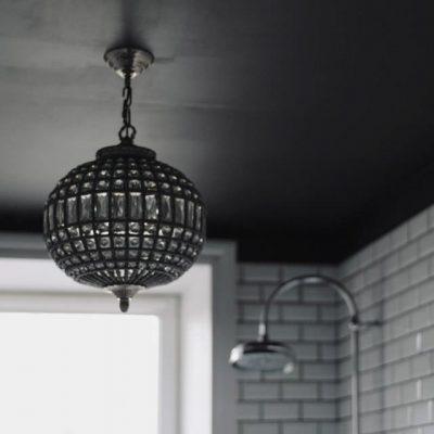 Подвесная люстра в интерьере ванной комнаты