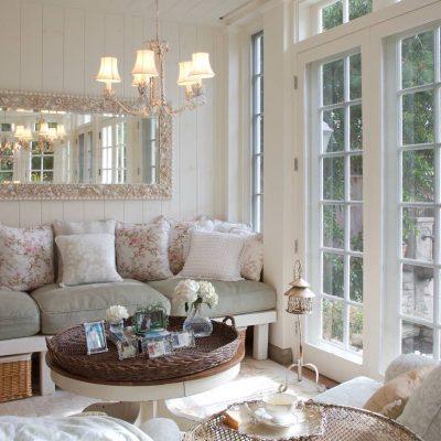 Белые подушки на мебели