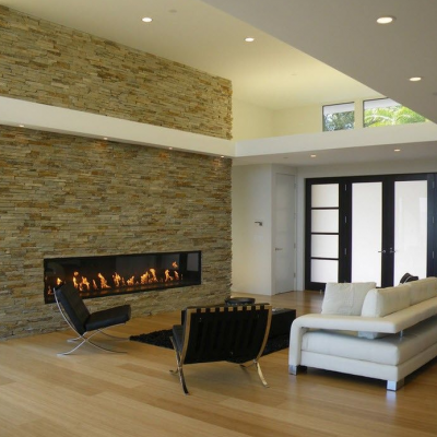 Камин создает уют в комнате