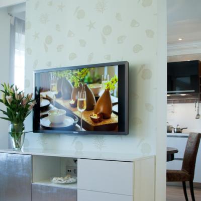 Телевизор весит на стене