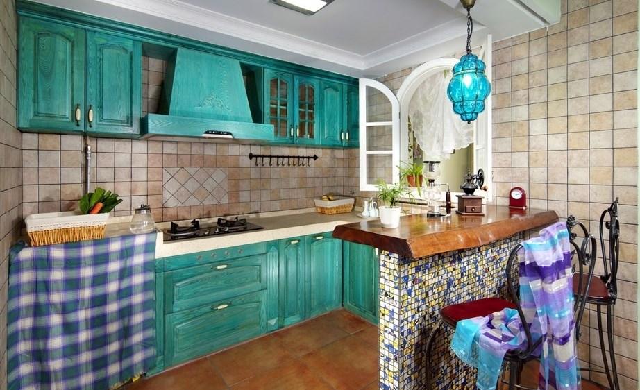 Изумрудные оттенки смотрятся на кухне красиво